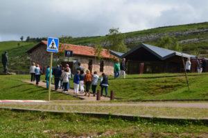 Integrantes del viaje de Tertulia 17 llegando a la Cueva del Soplao