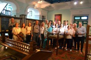 Tertulianos e invitados en el interior del museo