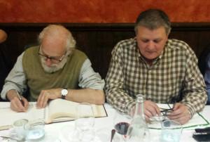 El profesor De Blas, firmando en le libro de Tertulia 17, a su lado nuestro presidente, Juanjo