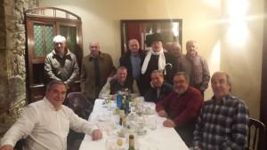 Los tertulianos después de cenar y cerrando la jornada gastronómica con una foto de recuerdo