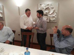 """Juan José Menéndez entrega del """"Pin"""" de plata de Tertulia 17 a Joaquín M. González Cabrera"""