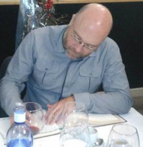 Alfonso Pombo firmando en el libro de visitas de Tertulia 17