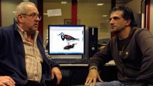 Víctor Vázquez y Luis Mario Arce dialogan ante un vuelvepiedras común dibujado por Gonzalo Gil. Foto-nacho orejas